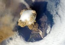 L'eruzione del vulcano Sarychev