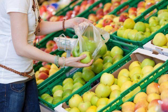 Sacchetti di plastica bio, dal 1° gennaio si pagano: costeranno fino a 12 euro a famiglia